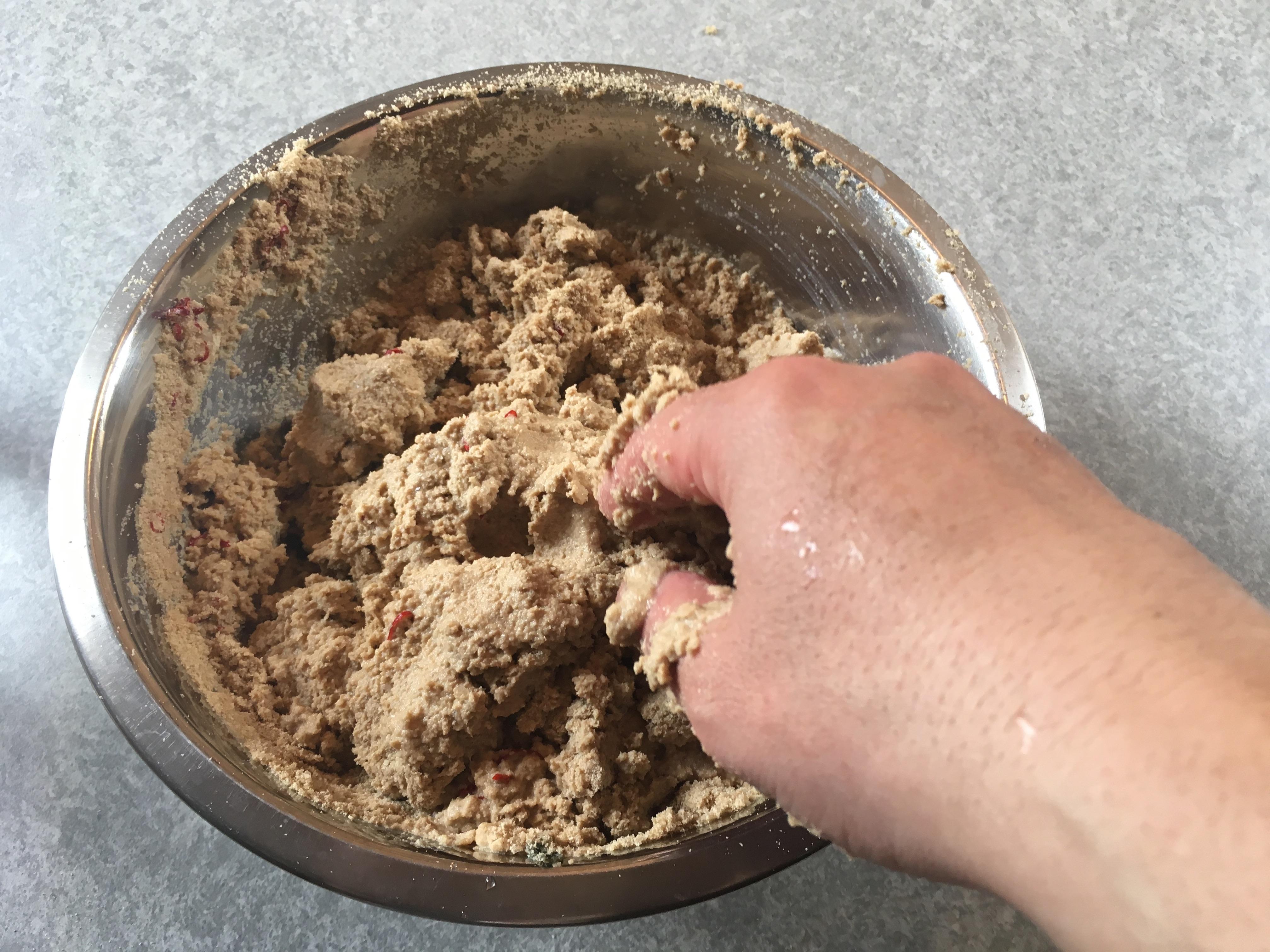 ボールの入った米ぬか、塩、唐辛子に水を加えて混ぜる