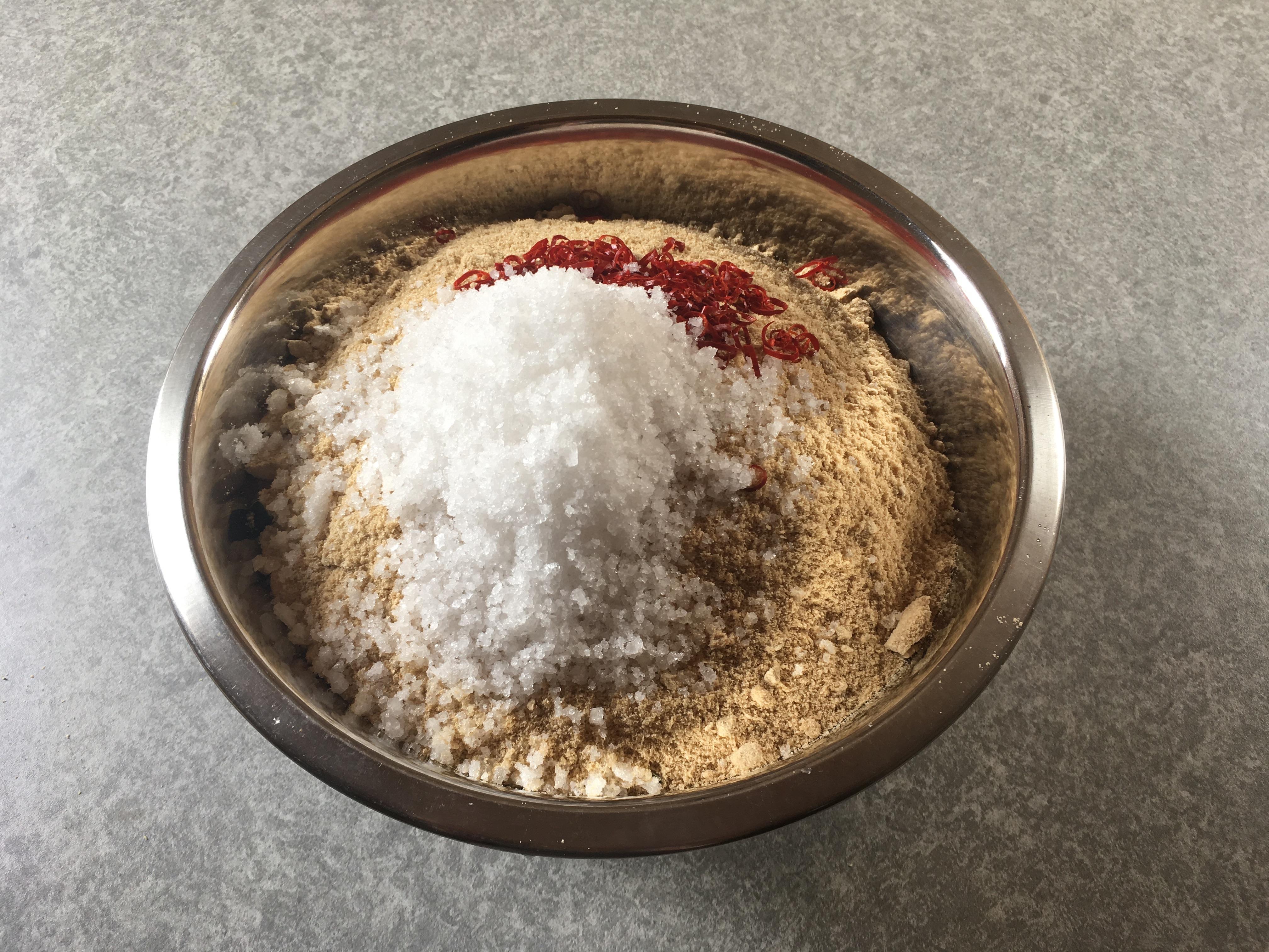 ボールに米ぬかと自然塩と唐辛子を入れます