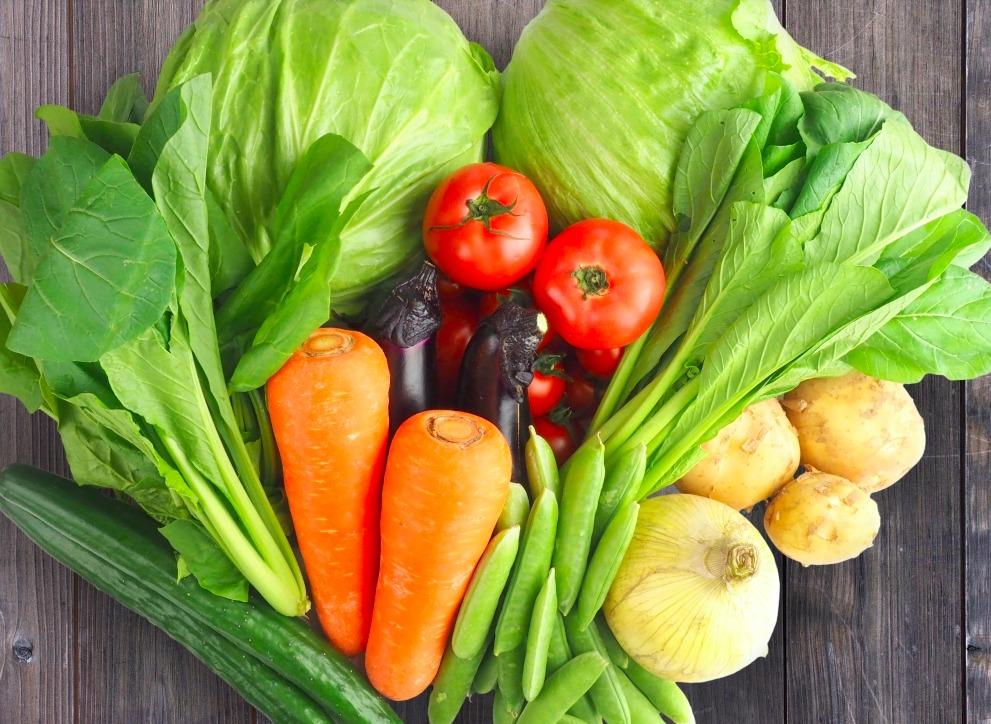 テーブルの上のいろんな野菜