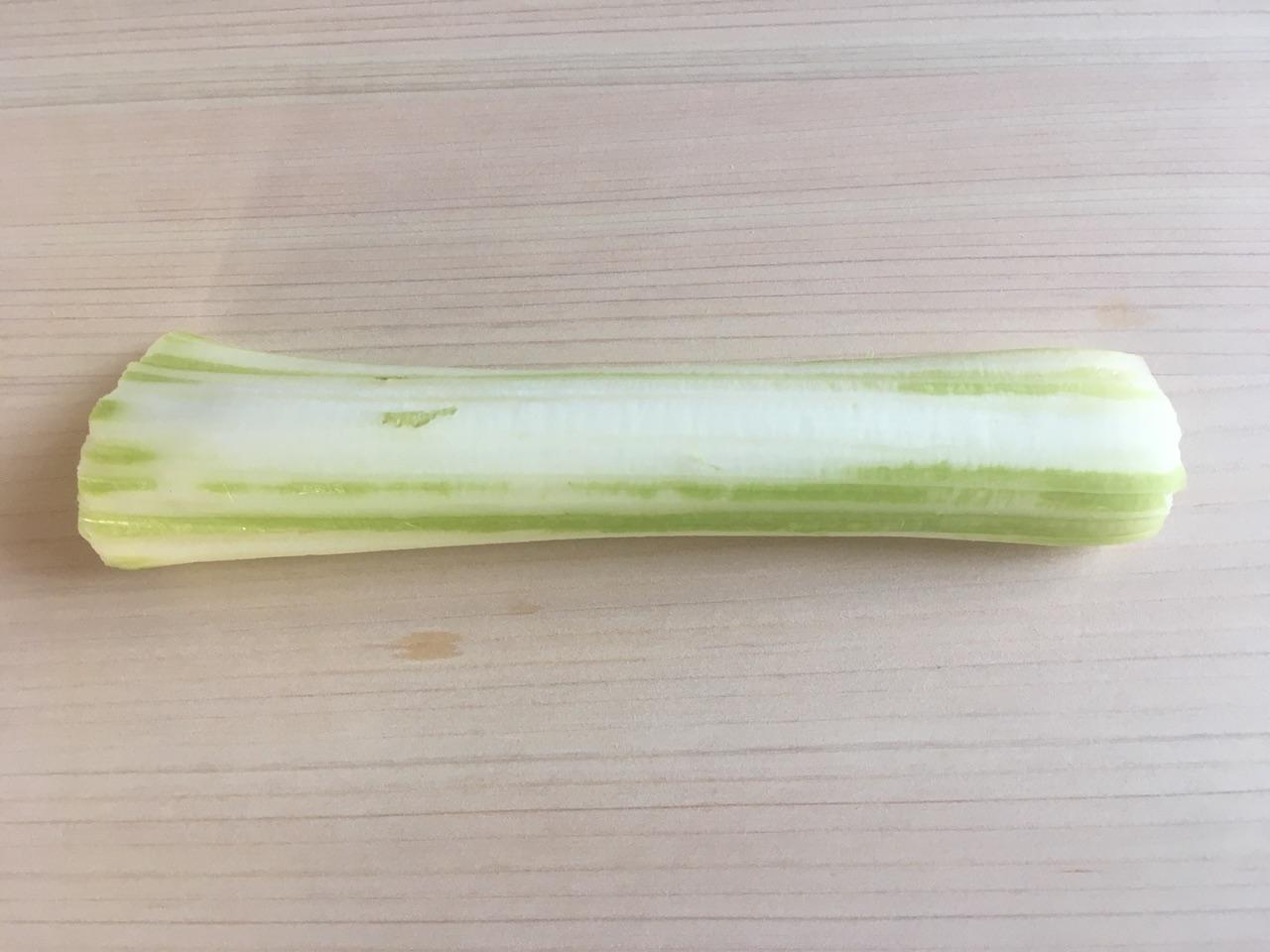セロリの茎の表面の筋を取る