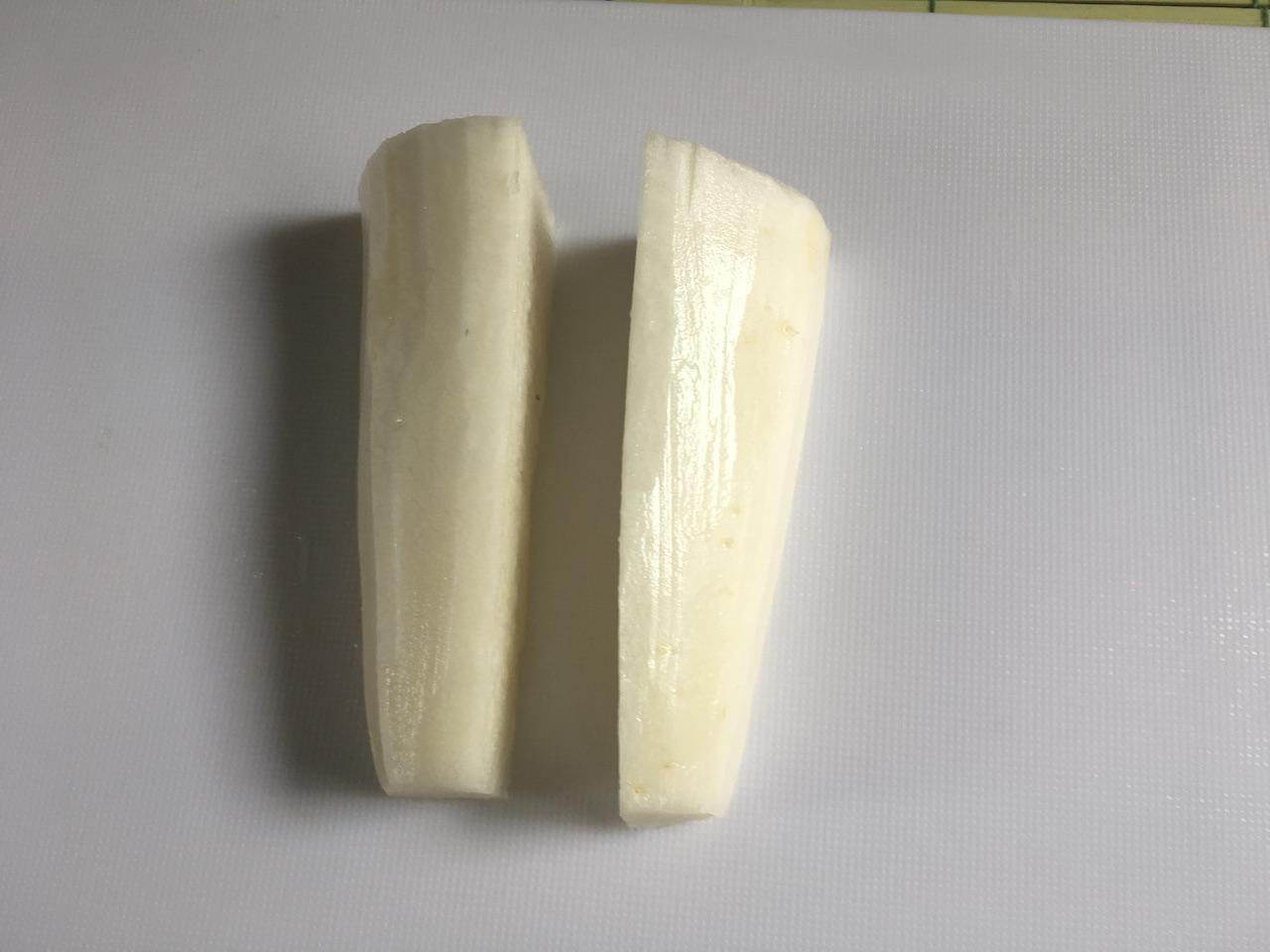 大根を皮を剥いて縦長に2等分、または4等分に切る。