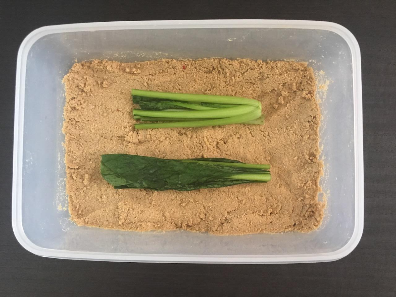 小松菜をぬか床に入れる