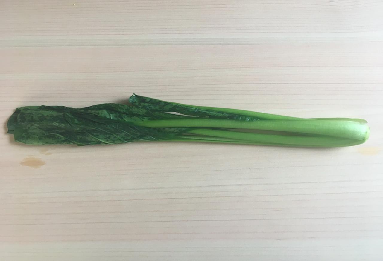 小松菜に塩を振り水分を出す