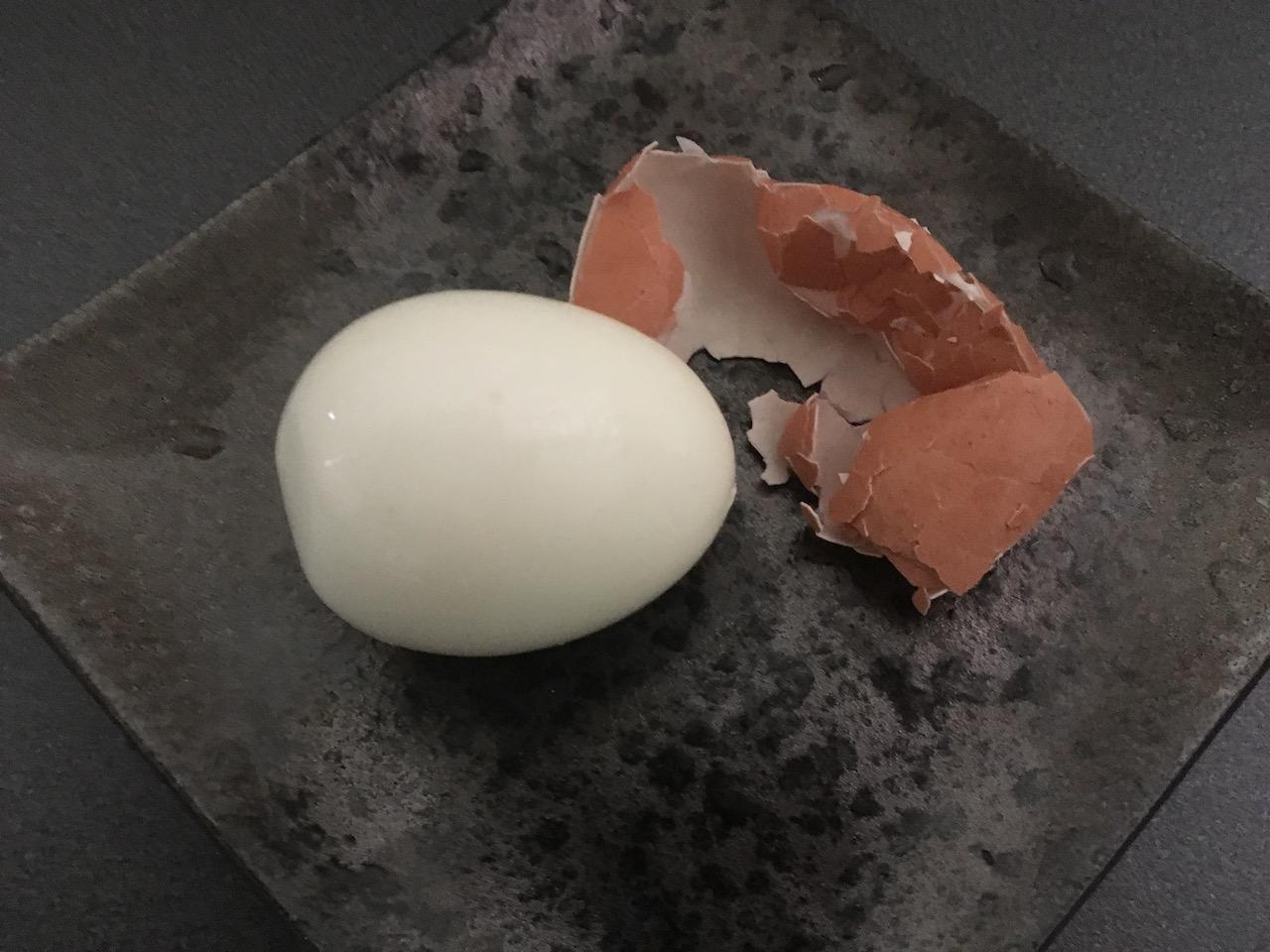 綺麗に剥けたゆで卵の殻