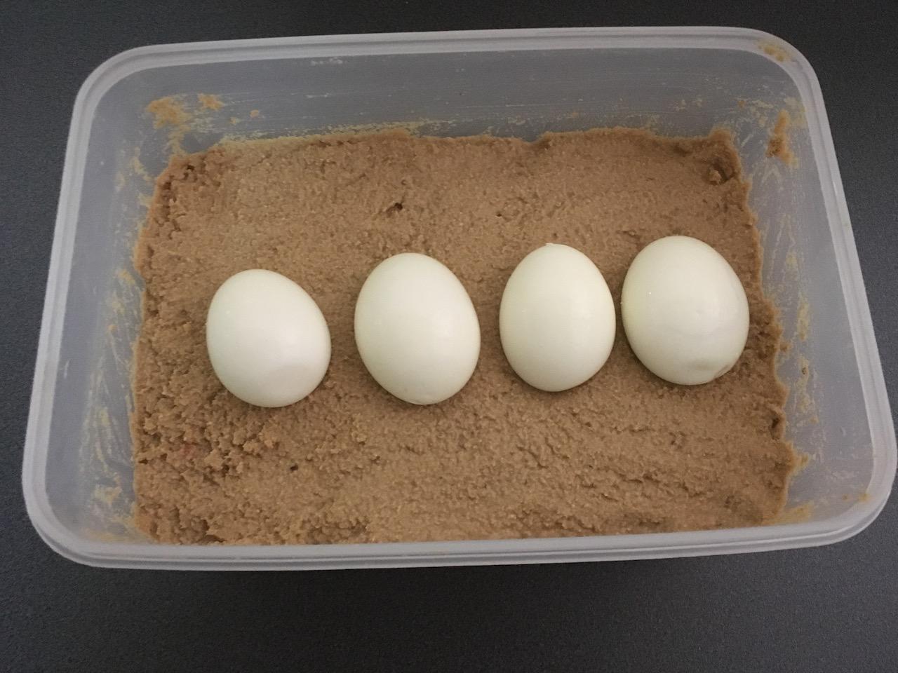ゆで卵をぬか床に入れる