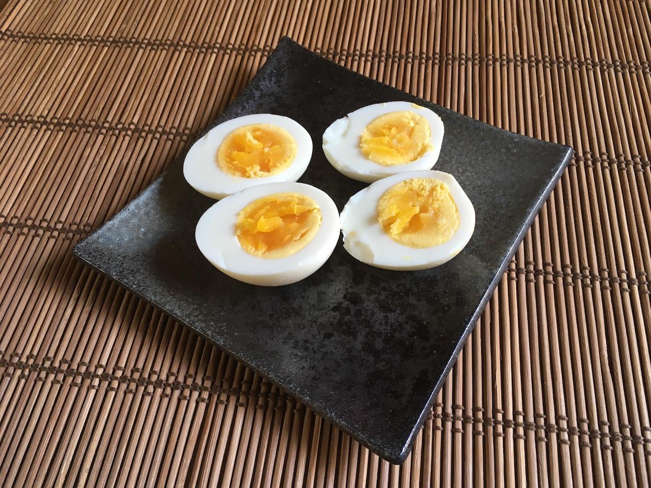 ゆで卵のぬか漬けを皿に盛る