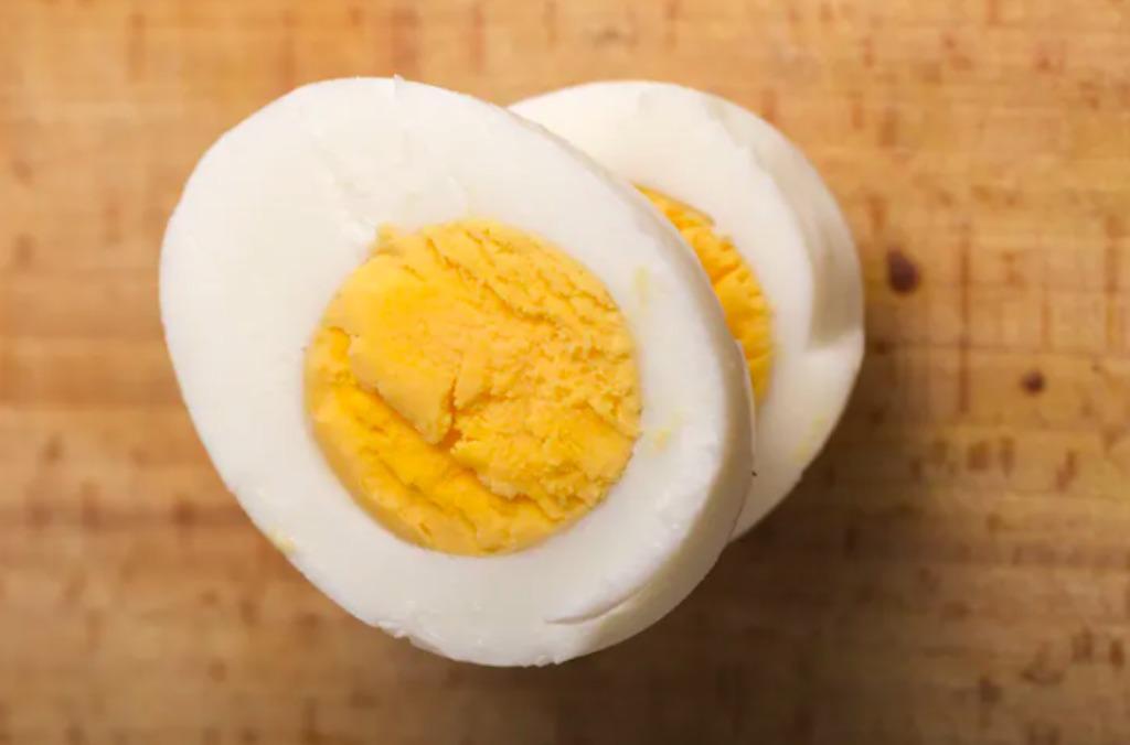 半分にカットした茹で卵