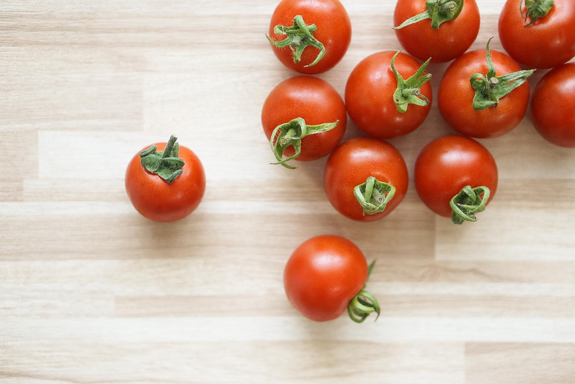 テーブルの上のミニトマト
