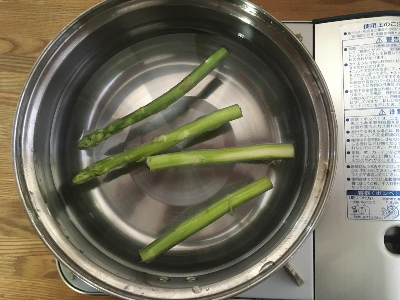 アスパラガスを4本、鍋で茹でる