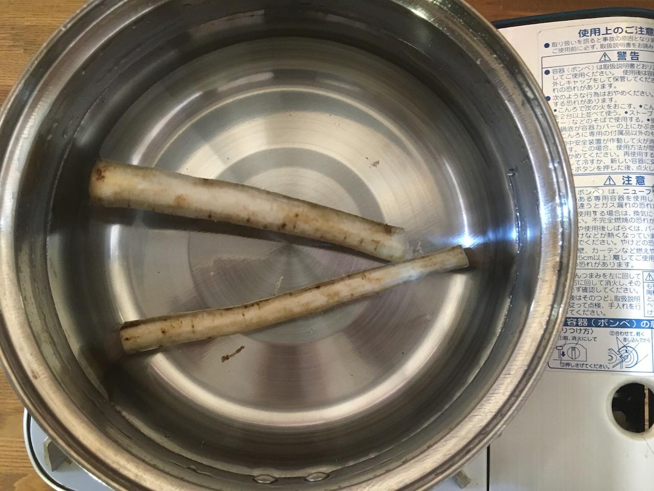 これからぬか漬けにするごぼう鍋で茹でる