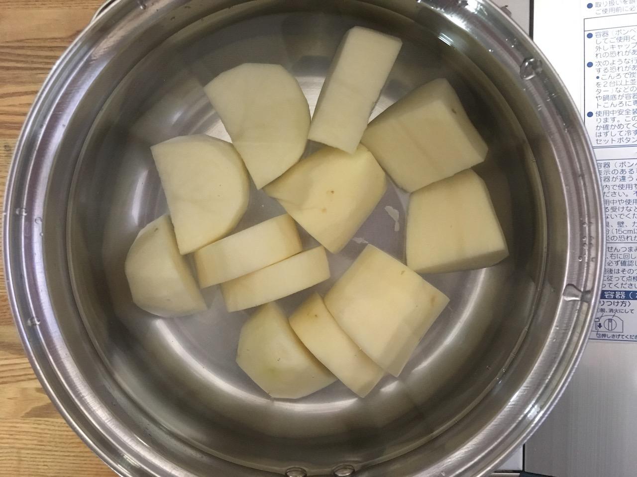 小さく切ったじゃがいもを鍋に入れる
