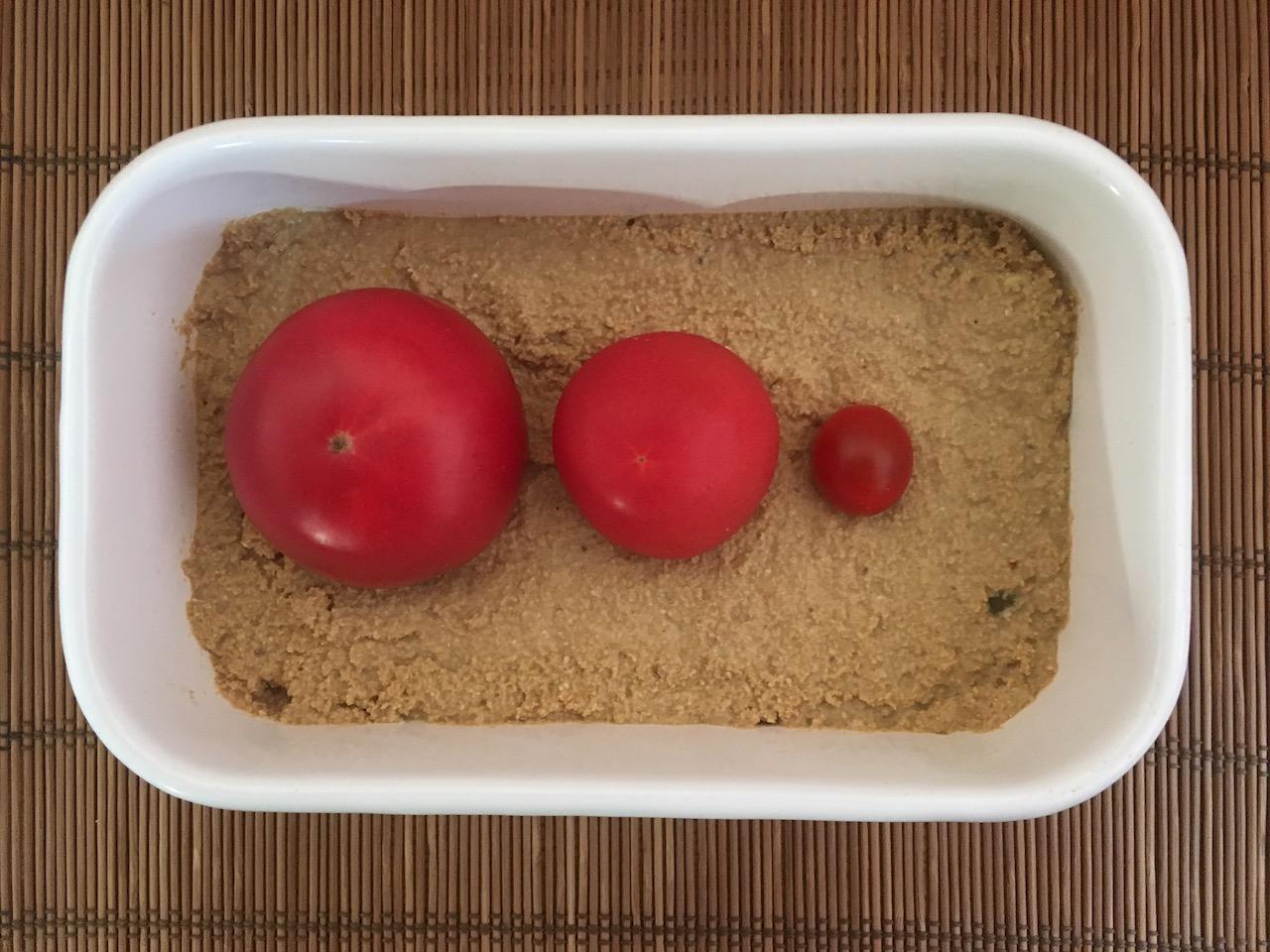 大きさの違う3つのトマトをぬか床に入れる