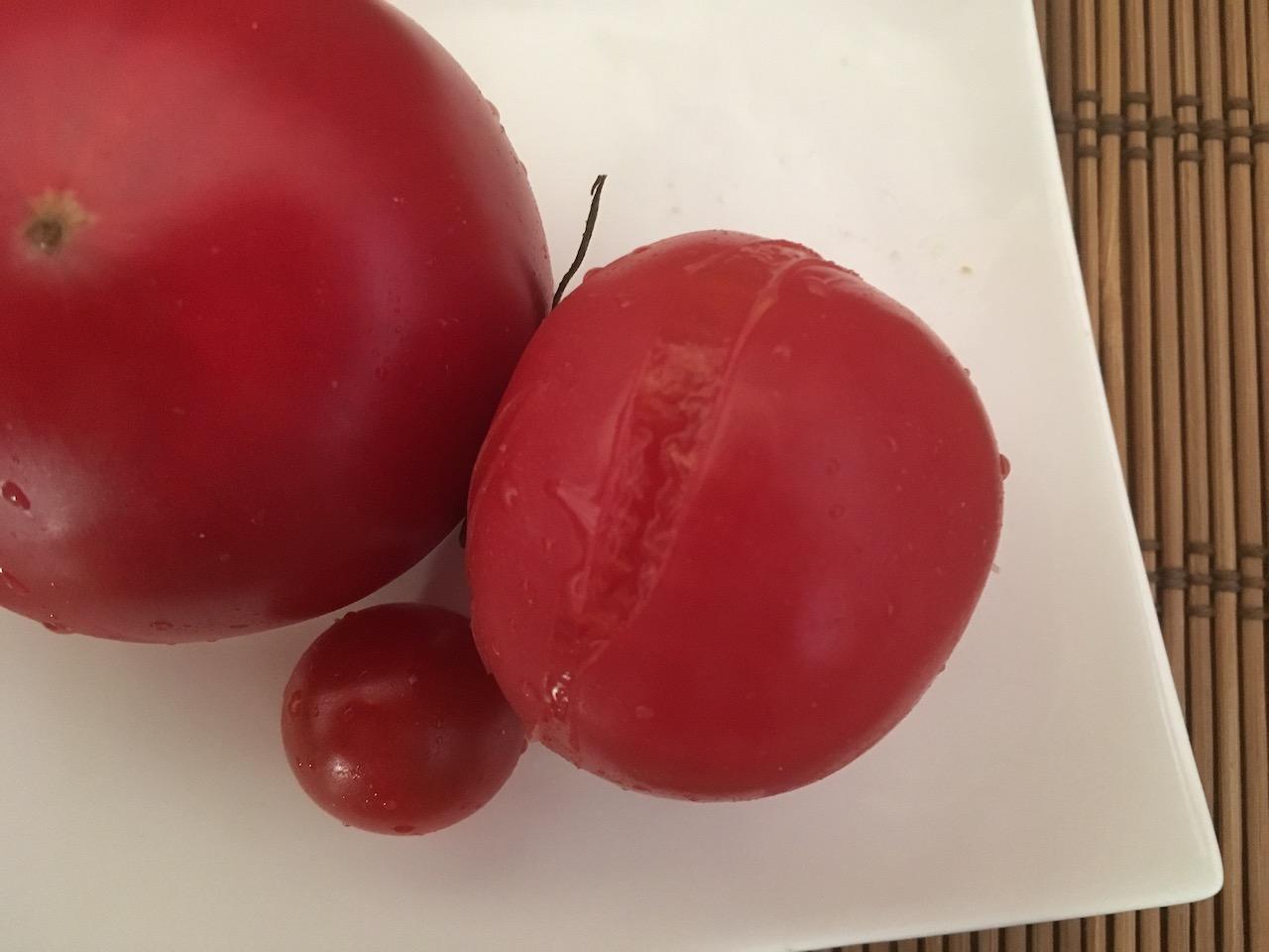 ぬか床に入れることでトマトの皮が破れそうになっている