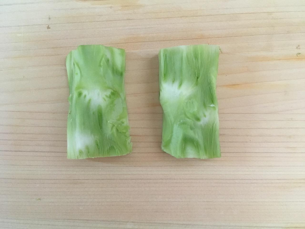 ブロッコリーの茎の皮をむく