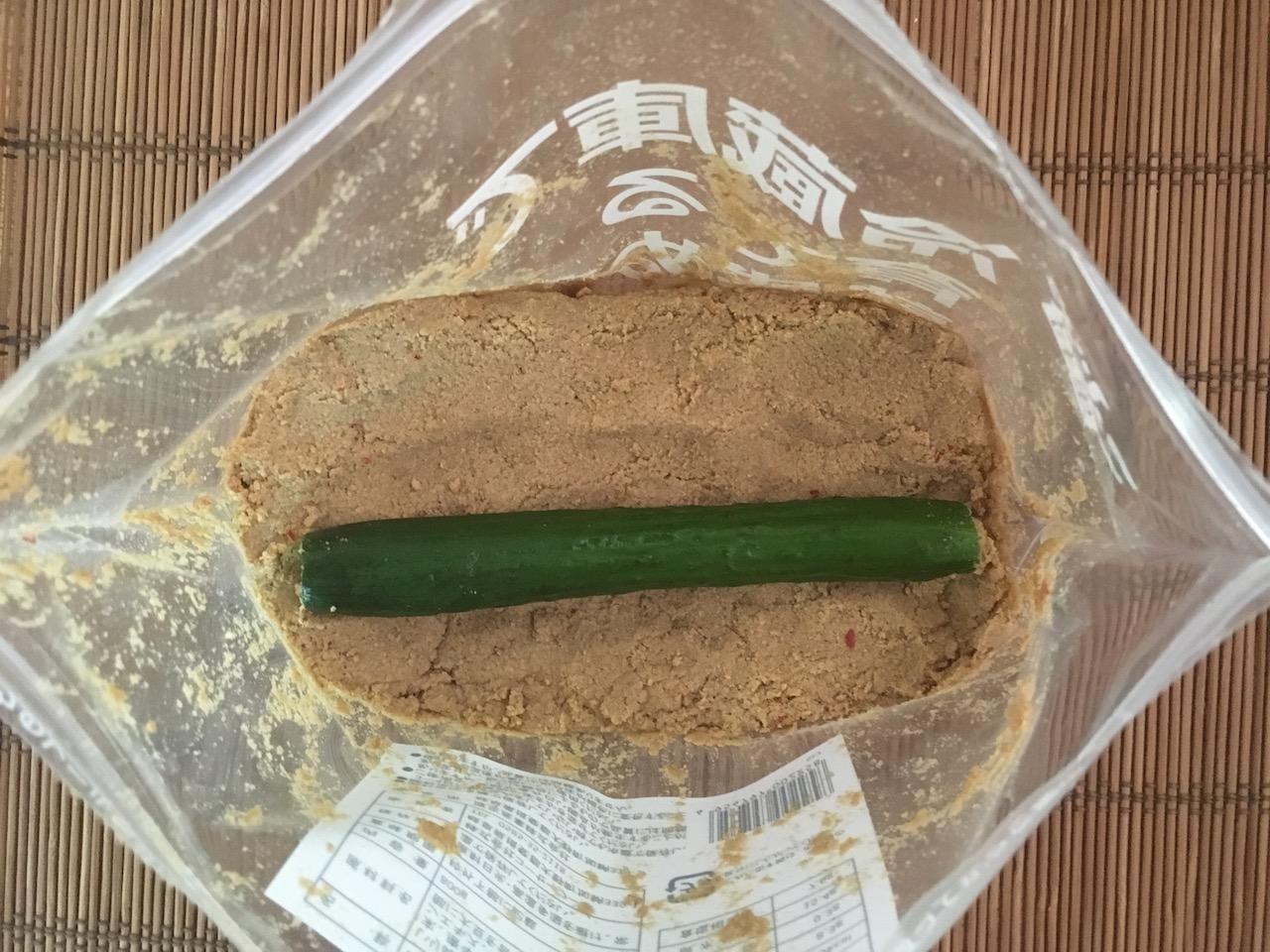 こうじや里村の冷蔵庫で育てる熟成ぬか床にきゅうりを入れる