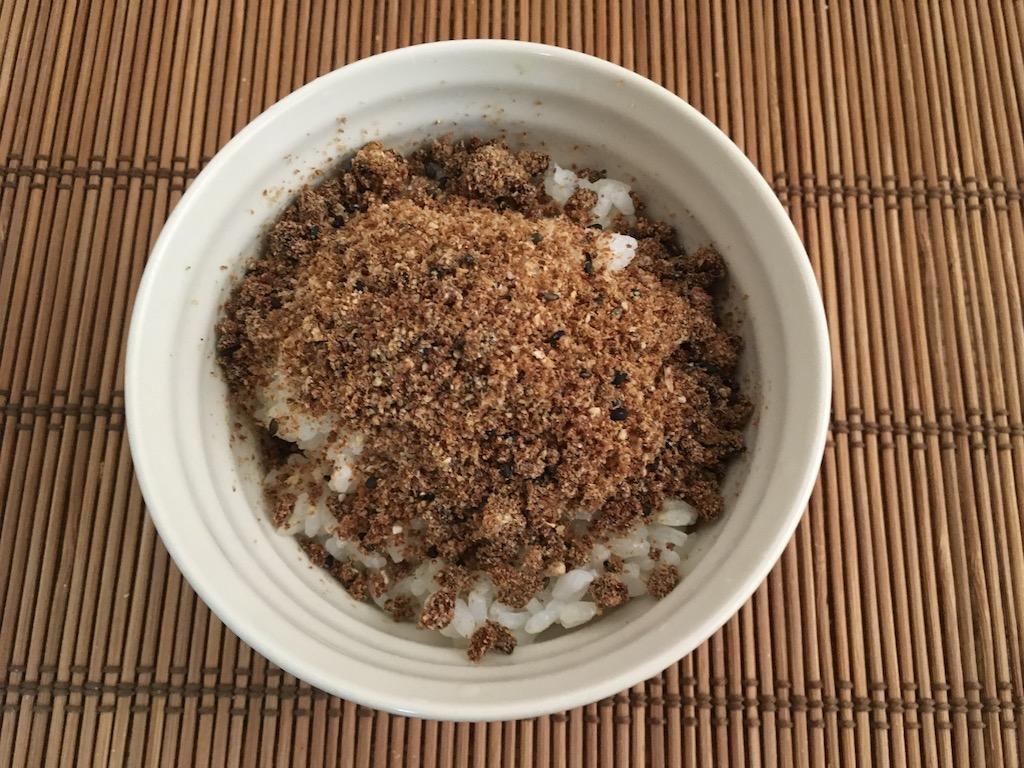 米ぬかのふりかけをご飯にかける
