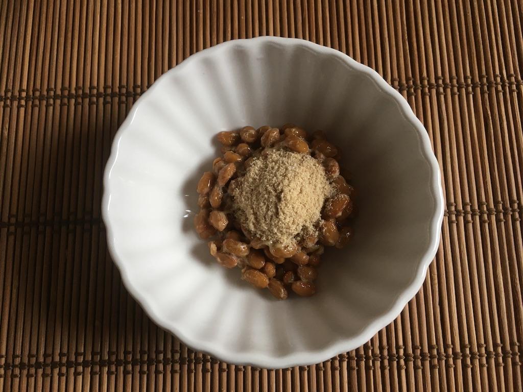 納豆に米ぬかをかける
