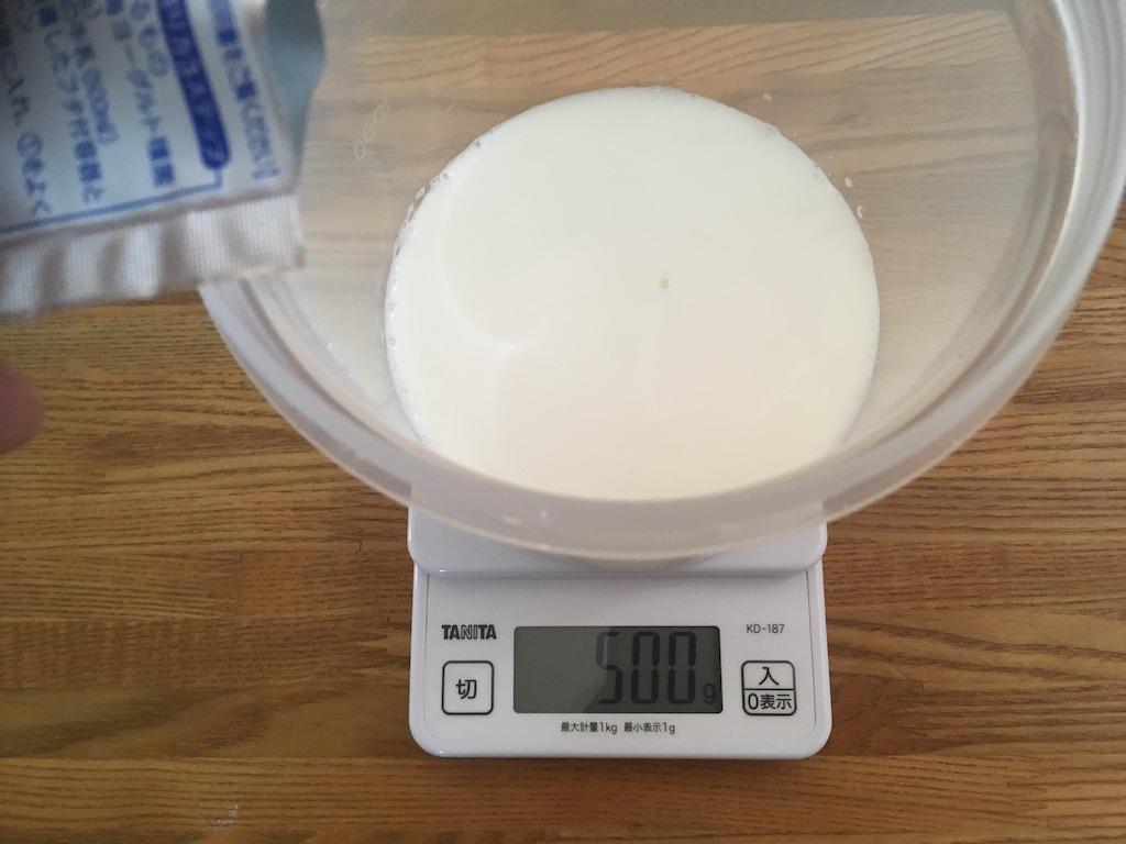 甘酒メーカーに牛乳とカスピ海ヨーグルトの種菌を入れる